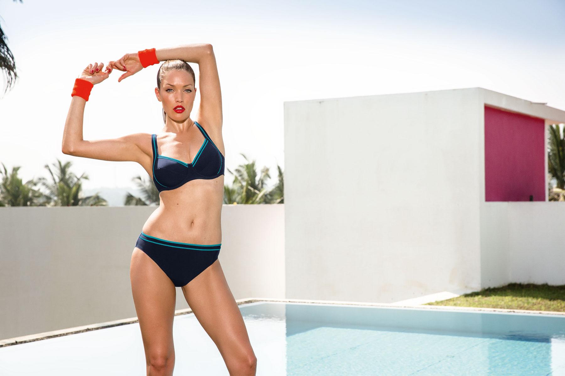 Frau am Pool im Bikini
